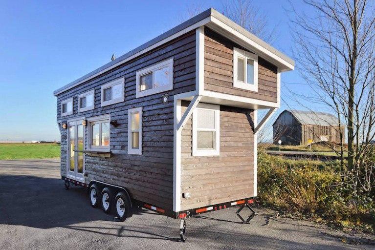 Самодельный передвижной домик с большой кухней и с зонированным чердаком