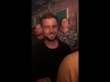 Кортни отдыхает в клубе со съемочной командой фильма  «В прямом эфире!» (09/06/18)