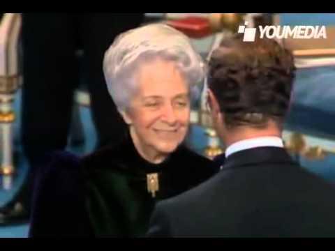 Rita Levi Montalcini riceve il Premio Nobel per la medicina