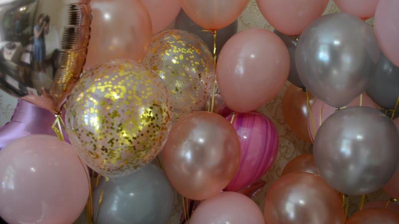 Сочетание золота, серых латексных шаров, розового золота и пудрового
