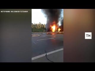 На трассе в РТ после аварии сгорели фуры