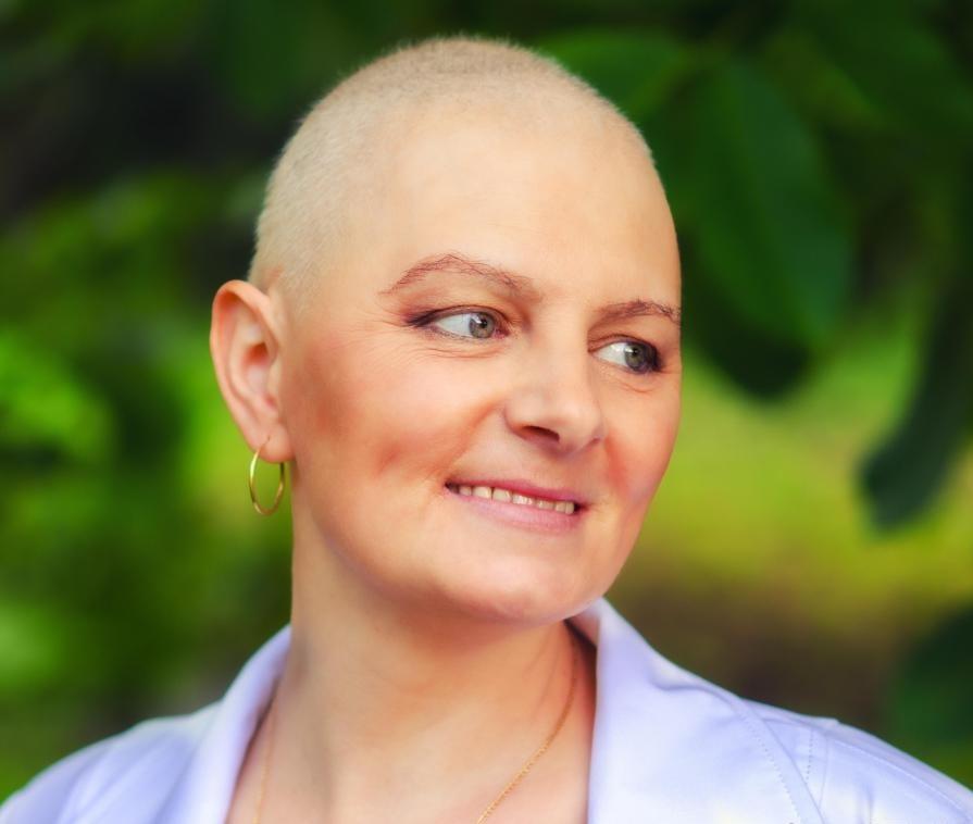 Парики для волос могут быть особенно полезны для людей, страдающих от выпадения волос из-за химиотерапии.