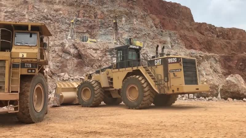 Cat 992G Wheel Loader Loading Cat Dumpers With Cabin View - Labrianidis SA