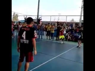 Игрок футзальной сборной Венесуэлы погиб в ДТП. На похоронах команда позволила ему забить последний гол [NR]