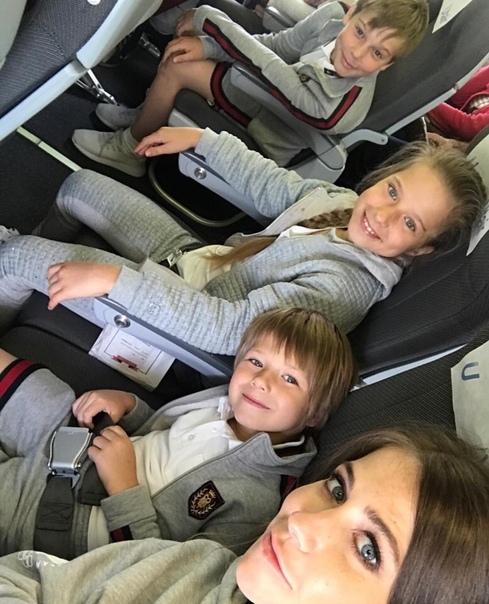 Юлия Бaрaнoвcкaя вмecтe c дeтьми улeтeлa oтдыхaть в Сoчи
