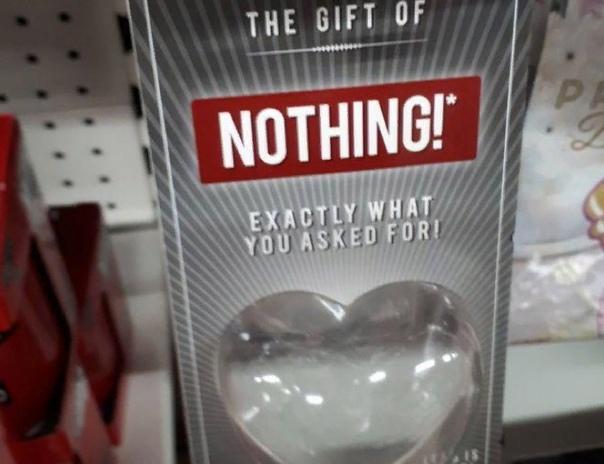 Что тебе подарить на День святого Валентина Ничего! Как раз для таких случаев в Великобритании продают специальные упаковки в виде сердечка, внутри которых ничего нет. И красуется надпись