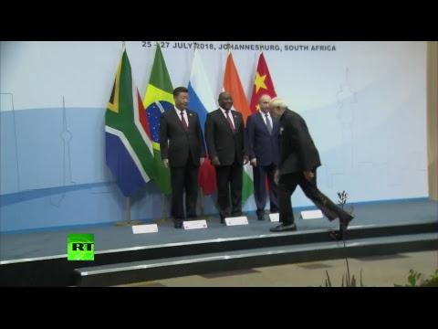 Путин принимает участие в церемонии фотографирования на саммите БРИКС в Йоханнесбурге