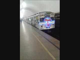 Новогодний метропоезд из вагонов Еж3/Ем508Т на Кольцевой линии