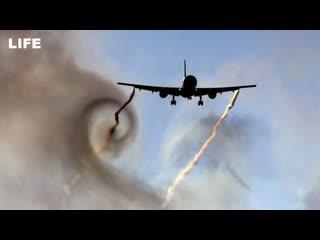 Самолет попал в зону турбулентности