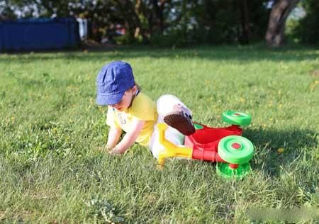 Ребенок, страдающий гипертиреозом, может быть подвержен падению.