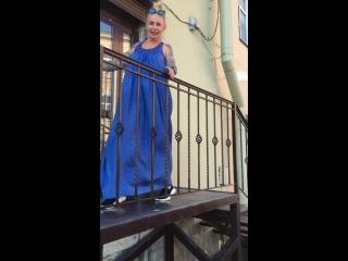 А я стою на берегу в синем платье ))))