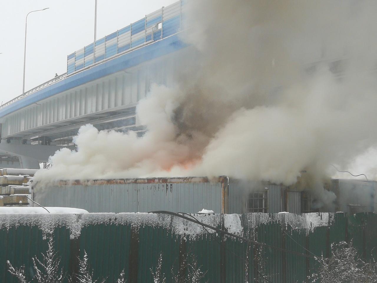 В Дубне под мостом через Волгу сгорела бытовка строителей | Фото
