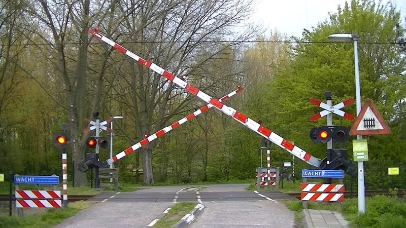 Spoorwegovergang Leiden Lammenschans Dutch railroad crossing