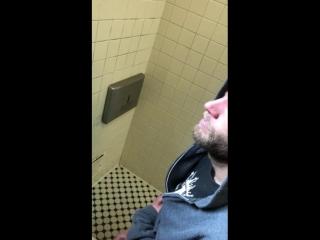 подборка парни дрочат в туалете схватка
