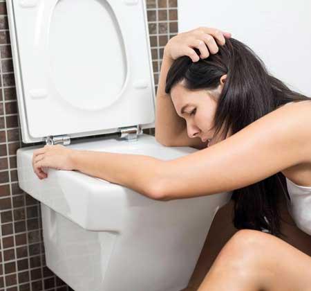 Пищевое отравление обычно приводит к тошноте и рвоте.