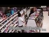 Мужчина грабит магазин мечом