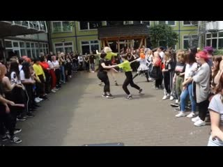 These girls having fun ,,dancing to 1,2,3! in a random kpop dance in germany