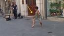 Una bailarina de Palestrina no pudo resistir la melodía de un músico callejero en Italia
