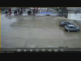 Еще одно видео момента аварии сегодня между Дербентом и Огни. Водитель газели погиб. Заправщику повезло