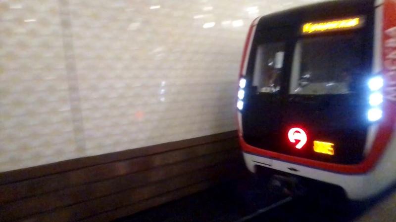 Метропоезд Москва прибывает на станцию метро Киевская.
