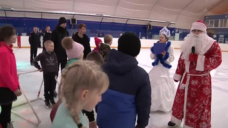 Полицейский Дед Мороз покатался на коньках с детьми в Айсберге