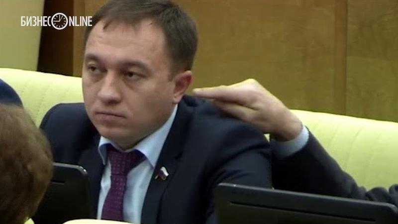 В Госдуме депутат решил подурачиться и засунул другому палец в ухо