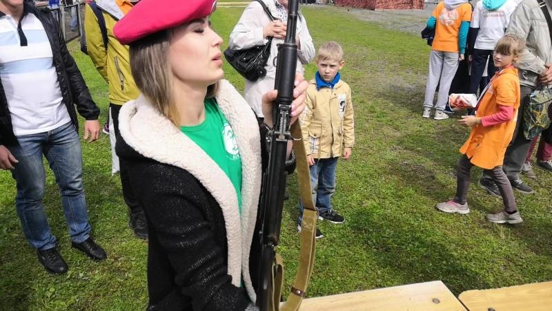 Разборка-сборка автомата Калашникова в женском исполнении