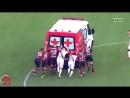 Во время футбольного матча в Бразилии машина скорой помощи заглохла прямо на поле Соперникам пришлось ненадолго объединиться и