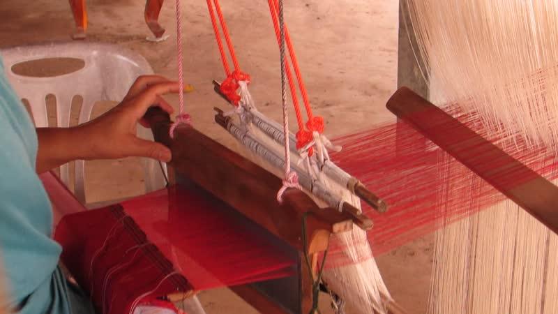Ткачество узорного шелка в Тайланде.