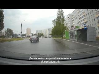 Чуть не сбил пешехода и уехал на карсный
