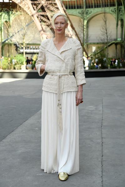 Тильда Суинтон в белом