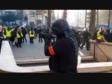 ACTE XV UN POLICIER SE PREPARE A VISER LA TETE DE GILETS JAUNES JUSQUA CE QUIL VOIE QUIL EST FILME