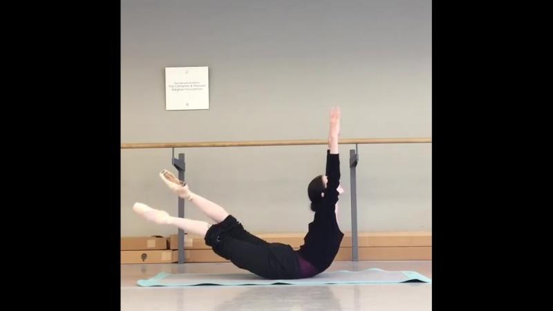 Балерина Светлана Лунькина делает упражнение для гибкости спины