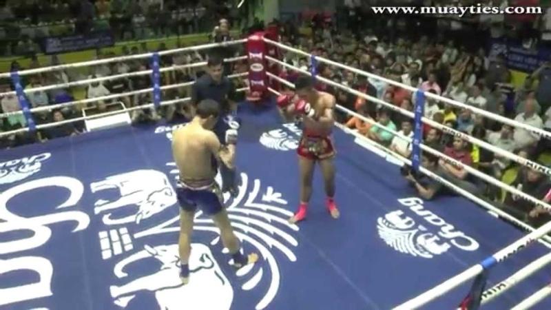 Superbank Mor. Rattanabundit (125lbs,RED) vs Thaksinlek Kiatniwat (125lbs,BLUE). - New Lumpini Stadium, 5th September 2014