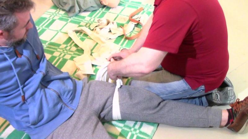 Как остановить кровотечение и наложить жгут, доставать ли нож из раны