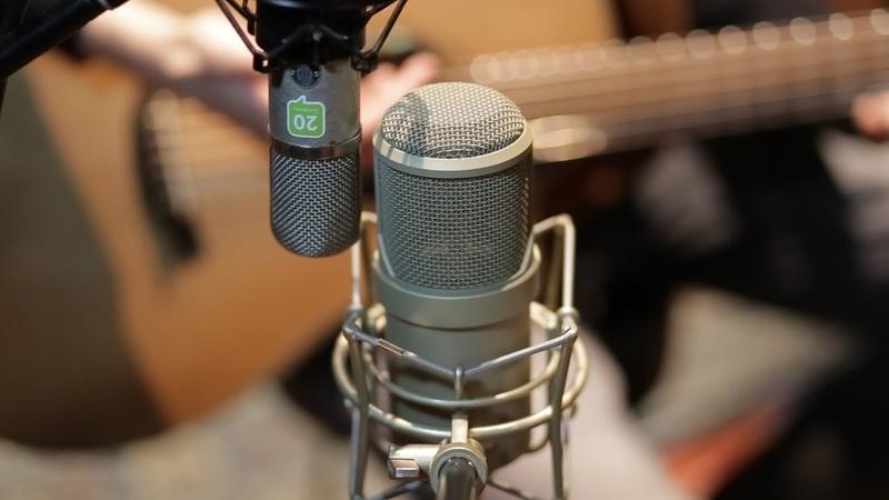 Lauten Audio Clarion Neumann U57 on acoustic guitar