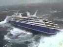 Круизный корабль мотает в шторм