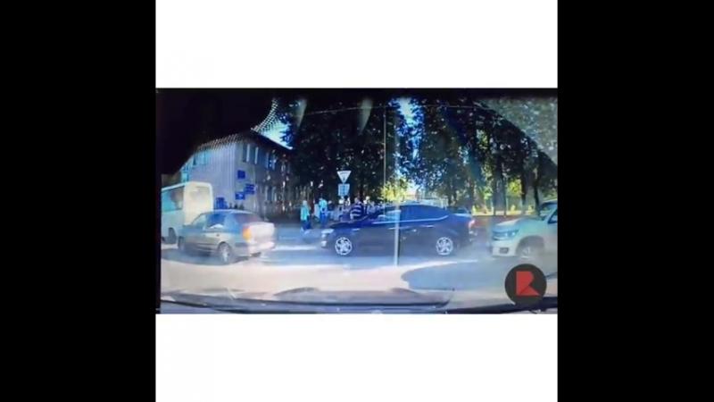 У нас появилось видео на котором видно как лихач на Toyota Land Cruiser Prado пролетает по встречной полосе с нарушением прави