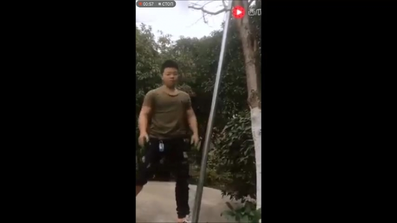 Азиатский паренек с железными конечностями