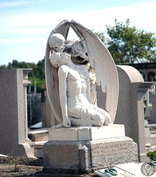 Скульптура, символизирующая и даже объясняющая в какой-то степени переход в мир иной На кладбище Побленоу (Poblenou), или Пуэбло Нуэво (Pueblo Nuevo), основанном в 1775 году и расположенном в