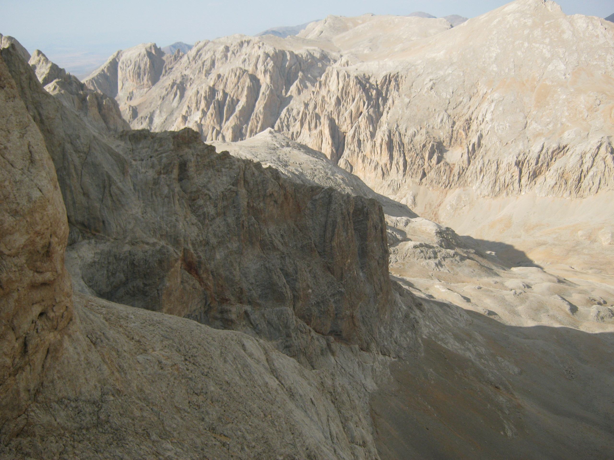 Вид с пика Демирказик (в горах Аладаглар в Турции)