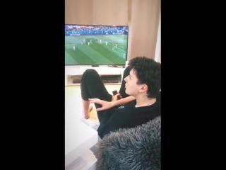 дэн смотрит футбол огооо