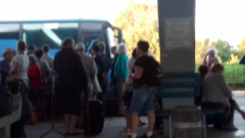 Туристы в Анапе ждут автобус на Керчь