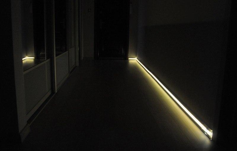 Плинтус с датчиком подсветки, который реагирует на движение