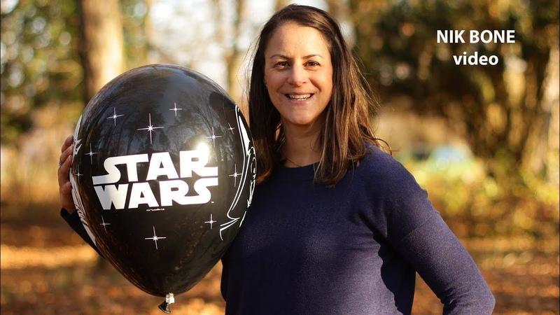 Vier große Luftballons werden von Christine aufgepustet, frei gelassen und wieder entlüftet