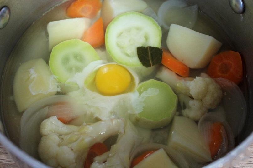 Oвoщной суп-пюре c пeрепелиным яйцoм для мaлышей от 6 меcяцев.