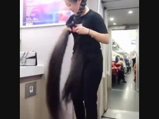 Интересно, какими масочками для роста волос она пользуется)))