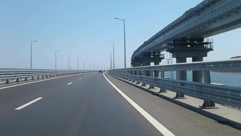 Проезд под аркой моста в Крым у города-героя Керчь.