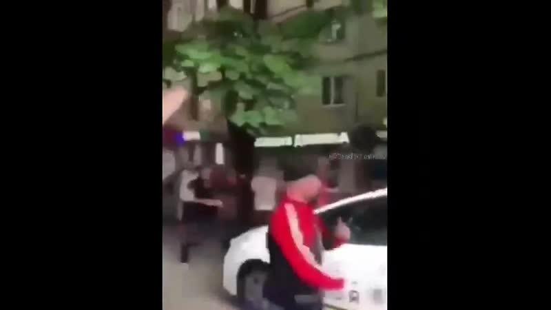Суровые днепровские парни забросали авто патрульных камнями