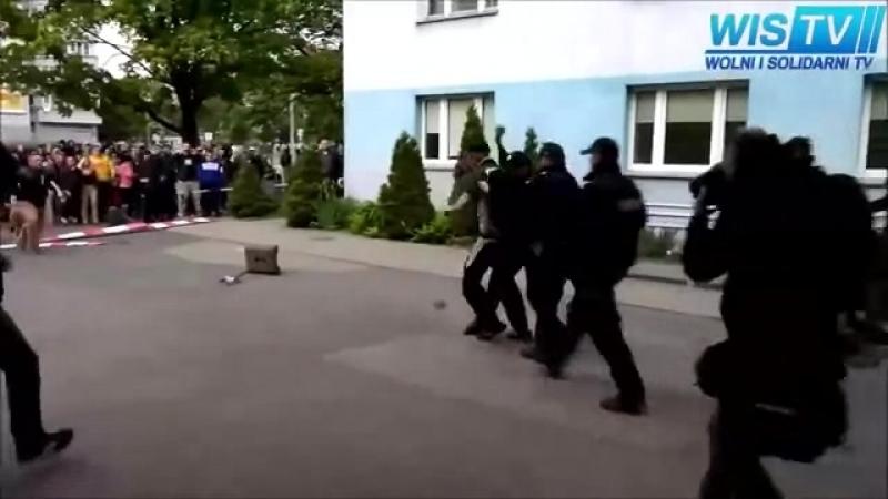 Распылил перцовый баллон полицейским
